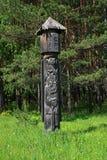 Ídolo de madera en bosque Imágenes de archivo libres de regalías