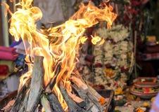 Ídolo indiano cultural ritual indiano da deusa do deus da adoração do yajna do fogo que mostra a cultura indiana foto de stock royalty free