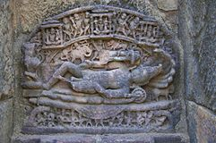 Ídolo tallado de Lord Vishnu en la pared interna de una pequeña capilla En 1026-27 ANUNCIO construido durante el reinado de Bhima imágenes de archivo libres de regalías