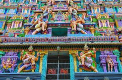 Ídolos cinzelados coloridos no Gopuram de Nataraja Temple, Chidambaram, Tamil Nadu, Índia Fotos de Stock