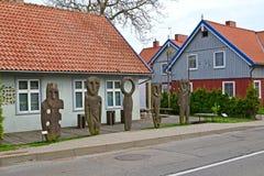 Ídolos de madeira sobre o museu ambarino em Nida, Lituânia fotografia de stock royalty free