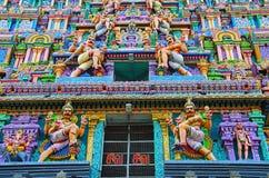 Ídolos tallados coloridos en el Gopuram de Nataraja Temple, Chidambaram, Tamil Nadu, la India Fotos de archivo