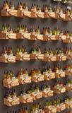 Ímãs com as garrafas pequenas do vinho e de Montefalco escrito Imagem de Stock