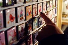 Ímãs do Natal em um mercado Fotografia de Stock