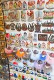 Ímãs na loja de lembrança velha de Tallinn Imagem de Stock