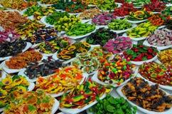 Ímãs plásticos coloridos misturados do alimento Foto de Stock