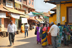 ÍNDIA DE GOKARNA KARNATAKA - 29 DE JANEIRO DE 2016: Povos indianos que comunicating na rua na cidade de Gokarna Fotografia de Stock Royalty Free