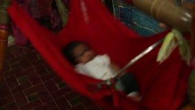 ÍNDIA, GOA - 2012: Bebê indiano no berço video estoque
