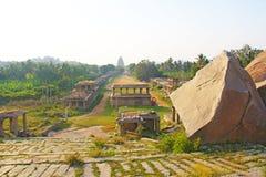 Índia, Hampi - uma estrada central e uma vista do templo fotos de stock