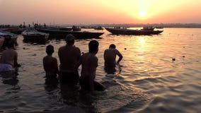 Índia, Varanasi, Ganga, o 15 de março de 2019 - os peregrinos hindu oferecem orações no banco de Ganges River santamente durante  filme
