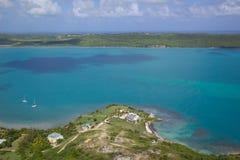 Índias Ocidentais, as Caraíbas, Antígua, opinião Willoughby Bay Fotos de Stock Royalty Free