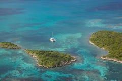 Índias Ocidentais, as Caraíbas, Antígua, vista da baía de Winthorpes Fotos de Stock Royalty Free