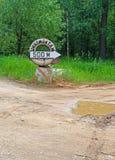 Índice & x22; o pneu após 500 o meters& x22; no fundo da estrada quebrada Fotografia de Stock Royalty Free