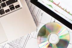 Índices de la bolsa de acción, una tableta y un ordenador portátil Imagen de archivo libre de regalías