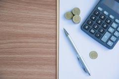 Índices financieros comunes con la moneda y la calculadora de la pila Financia Foto de archivo libre de regalías