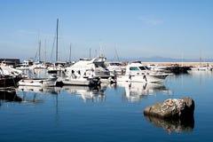 ÍSQUIOS, ITÁLIA - OUTUBRO, 10: Iate na doca na superfície lisa da água, o 10 de outubro de 2012 Foto de Stock Royalty Free