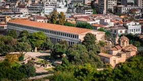 Τhe Stoa von Attalos und die Kirche der heiligen Apostel im alten Agora in Athen stockfotografie