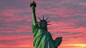 Άγαλμα της ελευθερίας στις ΗΠΑ ενάντια στον ουρανό και τα σύννεφα φιλμ μικρού μήκους