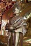 Άγαλμα του θιασώτη με την προσφορά του κύπελλου σε Wat Klang Wiang στοκ εικόνα με δικαίωμα ελεύθερης χρήσης