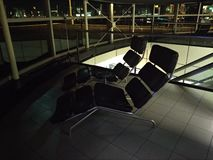 Άνετα deckchairs για το υπόλοιπο των επιβατών των πτήσεων αερολιμένων Schiphol Άμστερνταμ στην Ολλανδία στοκ εικόνα με δικαίωμα ελεύθερης χρήσης