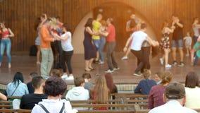 Άνθρωποι στην υπαίθρια συναυλία στοκ εικόνα με δικαίωμα ελεύθερης χρήσης