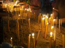 Άνθρωποι που βάζουν το θυμίαμα και το κερί καψίματος στα δοχεία στην ημέρα Makha Bucha στοκ εικόνες