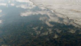 Άνοιξη Ύδωρ και πάγος Ο ουρανός απεικονίζεται στο νερό απόθεμα βίντεο