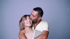 Άνδρας που αγκαλιάζει τη γυναίκα του που φιλά με την τρυφερότητα απόθεμα βίντεο