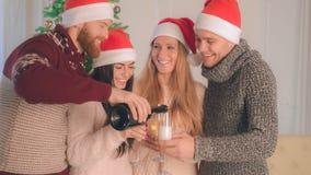 Άνδρες και γυναίκες που κρατούν goblets με το κρασί στοκ φωτογραφίες