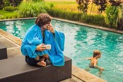 Άρρωστος ταξιδιώτης ατόμων Το άτομο επίασε ένα κρύο στις διακοπές, κάθεται λυπημένο στο τσάι κατανάλωσης λιμνών και φυσά τη μύτη  στοκ εικόνα με δικαίωμα ελεύθερης χρήσης