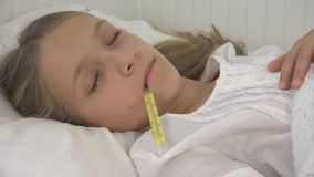 Άρρωστο παιδί στο κρεβάτι, άρρωστο παιδί με το θερμόμετρο, κορίτσι στο νοσοκομείο, ιατρική χαπιών στοκ εικόνες