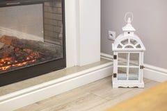 Άσπρα διακοσμητικά ξύλινα latern φω'τα στο ακριβό εσωτερικό κοντά στην εστία στοκ φωτογραφία με δικαίωμα ελεύθερης χρήσης