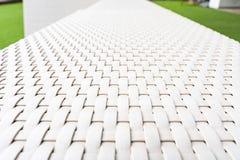 Άσπρος καναπές στον κήπο στοκ εικόνα με δικαίωμα ελεύθερης χρήσης