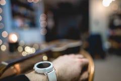 Άσπρο έξυπνο ρολόι με το ντεκόρ στοκ εικόνα