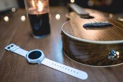Άσπρο έξυπνο ρολόι με το ντεκόρ στοκ φωτογραφία με δικαίωμα ελεύθερης χρήσης