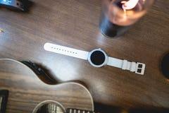 Άσπρο έξυπνο ρολόι με το ντεκόρ στοκ εικόνες