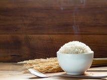 Άσπρο ρύζι ατμού στο άσπρο κεραμικό κύπελλο στον ξύλινο πίνακα για το υγιές γεύμα στοκ εικόνα με δικαίωμα ελεύθερης χρήσης