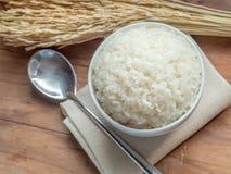 Άσπρο ρύζι ατμού στο άσπρο κεραμικό κύπελλο στον ξύλινο πίνακα για το υγιές γεύμα στοκ φωτογραφία με δικαίωμα ελεύθερης χρήσης