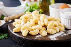 Άψητο σπιτικό Gnocchi με μια σάλτσα και έναν μαϊντανό κρέμας μανιταριών στοκ φωτογραφία με δικαίωμα ελεύθερης χρήσης