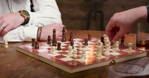 Άτομα που παίζουν το παιχνίδι σκακιού και που κινούν τους αριθμούς φιλμ μικρού μήκους