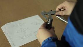 Άτομο και εργασία στο εργοστάσιο φιλμ μικρού μήκους
