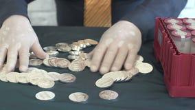Άτομο με μια δέσμη των ασημένιων νομισμάτων απόθεμα βίντεο