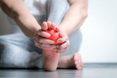 Άτομο με τον πόνο στο πόδι στοκ εικόνα