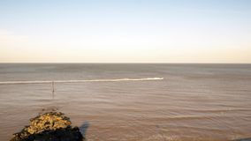 Άτομο που οδηγά wakeboard στη θάλασσα, που κρατά το σχοινί δεμένο στο αεριωθούμενο σκι απόθεμα βίντεο