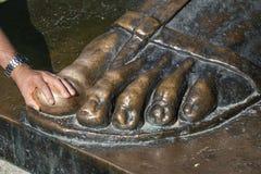 Άτομο που τρίβει το πόδι του Ivan Mestrovic's sculpt του Gregory της Nin Grgur Ninski θεωρώντας εκείνο το τρίψιμο το toe επιθυμ στοκ φωτογραφία με δικαίωμα ελεύθερης χρήσης