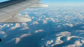 Άποψη από την παραφωτίδα στο βουνό και το φτερό του αεροπλάνου φιλμ μικρού μήκους