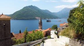 Άποψη από την πόλη Perast στα νησιά και τους πράσινους λόφους στον κόλπο Kotor - Boka Kotorska στο Μαυροβούνιο στοκ εικόνες