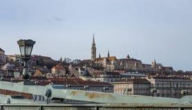 Άποψη από τη γέφυρα αλυσίδων Szechenyi στον προμαχώνα των ψαράδων στη Βουδαπέστη, Ουγγαρία στοκ εικόνα