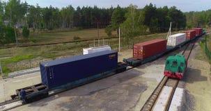 Άποψη εμπορευματοκιβωτίων μεταφορών φορτηγών τρένων από τον κηφήνα, μεταφορά του φορτίου με το τραίνο, μεταφορά των εμπορευματοκι απόθεμα βίντεο