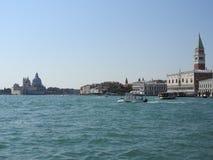 Άποψη θερινής ημέρας από το νερό στην ενετική λιμνοθάλασσα με τη βασιλική του χαιρετισμού della της Σάντα Μαρία στη Βενετία, Ιταλ στοκ φωτογραφία